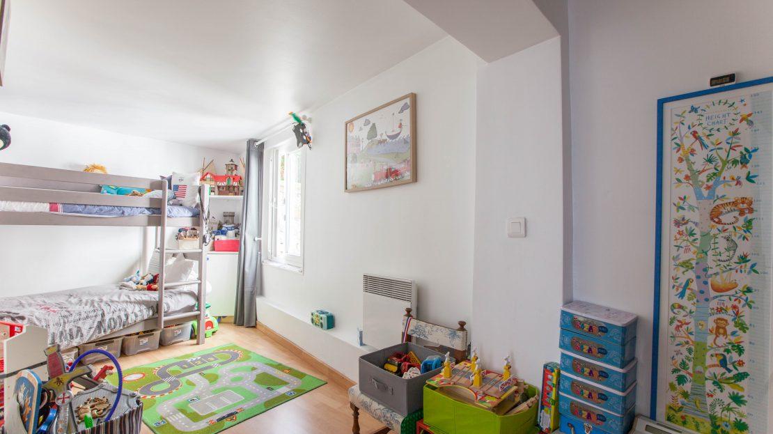 PARIS IMMO vous propose de visiter, rue Guy Môquet, un charmant trois pièces, au pied des écoles, transports en commun et commerces. Il se situe côté cour, au calme absolu, et dispose de son entrée personnelle, comme une maison ! Cet appartement, sans perte de place, se compose d'un double séjour, d'une cuisine ouverte aménagée et équipée, d'une salle de bains avec toilettes et de deux chambres dont une avec un grand dressing. Ce 3 pièces de 63m2, aux faibles charges, est niché dans une copropriété très bien entretenue. Une cave. Possibilité de parking en