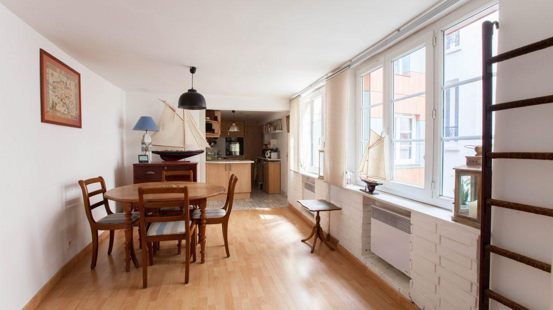 PARIS IMMO vous propose de visiter, rue Guy Môquet, un charmant trois pièces, au pied des écoles, transports en commun et commerces. Il se situe côté cour, au calme absolu, et dispose de son entrée personnelle, comme une maison ! Cet appartement, sans perte de place, se compose d'un double séjour, d'une cuisine ouverte aménagée et équipée, d'une salle de bains avec toilettes et de deux chambres dont une avec un grand dressing. Ce 3 pièces de 63m2, aux faibles charges, est niché dans une copropriété très bien entretenue. Une cave. Possibilité de parking en sus.