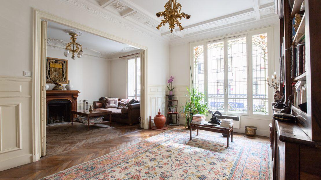 PARIS IMMO vous propose en EXCLUSIVITE de visiter un grand 4 pièces de 115m2 dans un bel immeuble Haussmannien de la très commerçante rue Damrémont. Une entrée avec dressing, un beau double séjour ensoleillé avec parquet point de Hongrie, moulures et cheminées, une cuisine indépendante équipée, 2 chambres, une salle de bains, une salle d'eau avec wc, un wc séparé et une cave. Une hauteur sous-plafond de 3,10 m. Contactez nous pour visiter sans tarder ce bel appartement familial. Possibilité 3 chambres