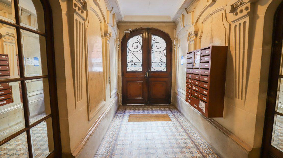 PARIS 18e - Balcon et ascenseur