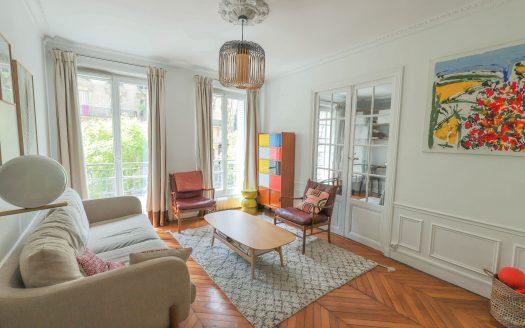 PARIS IMMO vous propose de visiter en Exclusivité, sur une place au croisement de la rue Lamarck et la rue Caulaincourt, au sein d'un très bel immeuble ancien, un appartement de 3/4 pièces de 74m2 au 1er étage avec ascenseur. Composé d'une entrée avec rangements, un beau séjour plein Sud, une vaste cuisine dinatoire aménagée et équipée, une chambre et son bureau intégré, une chambre sur cour, salle de bains, WC séparés, dressing, et une grande cave de 6m2. Local vélos poussettes. Appartement en parfait état, plein de charme, rénové par architecte. Traversant, parquet point de Hongrie, moulures. Idéalement situé à proximité immédiate des commerces et des transports.