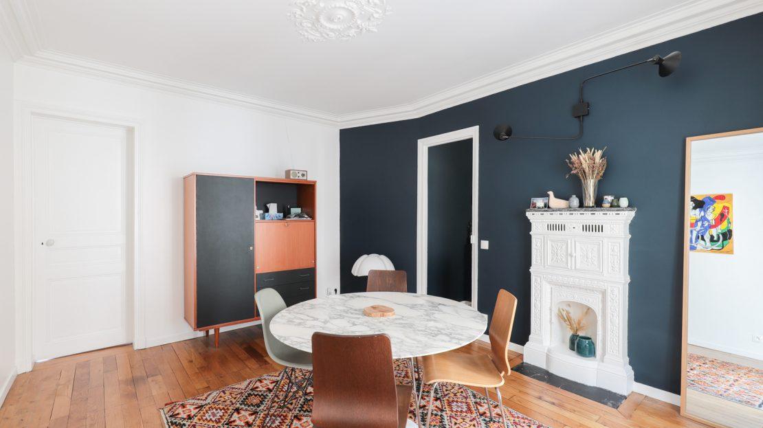 PARIS IMMO vous propose rue Joseph de Maistre, un tres bel appartement 2/3 pièces de 50m2. Au troisième étage avec ascenseur, il se compose d'une entrée donnant sur une cuisine de qualité, d'une salle à manger avec son poêle prussien , d'un espace salon, d'une chambre sur cour avec son accès à une salle d'eau, des WC séparé et des espaces de rangement complètent cet intérieur. Des travaux de standing ont été réalisé, possibilité de 2 chambres, une cave s'ajoute a cet appartement.