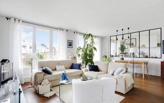 PARIS IMMO vous propose en Exclusivité, rue Marcadet à proximité du Square Carpeaux. Un magnifique appartement rénové entièrement par un architecte. Au 6è étage avec ascenseur, un 2/3 pièces de 67m2 avec grand balcon de 10m2 vue ciel plein Ouest. Un vaste séjour avec son espace salle à manger, superbe cuisine avec sa verrière, un grand dressing indépendant, une buanderie, une salle d'eau avec sa douche à l'italienne, une chambre avec dressing, un espace bureau sur mesure, et des toilettes séparés. Ce bien vous séduira avec ses matériaux haut de gamme, bénéficiant d'une très belle luminosité, ensoleillé, et beaucoup d'espace de rangements. Une gardienne sur place.